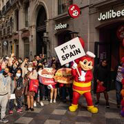 Jollibee, la cadena de pollo frito, abre en Madrid su primer restaurante en España