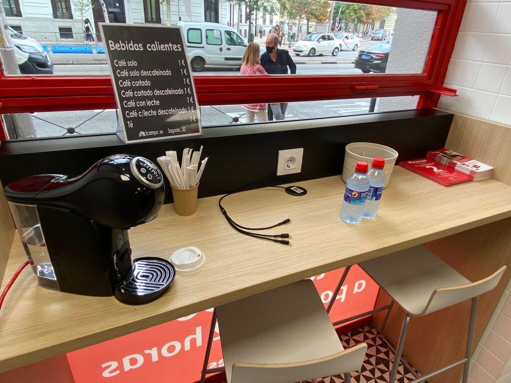 Pequeño mostrador donde tomarse un café por un solo euro. Buen detalle
