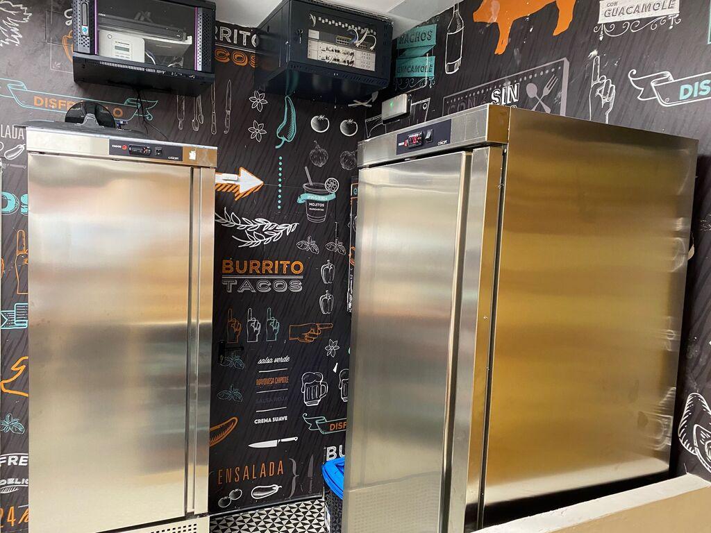 Dos frigoríficos almacenan productos refrigerados y congelados.